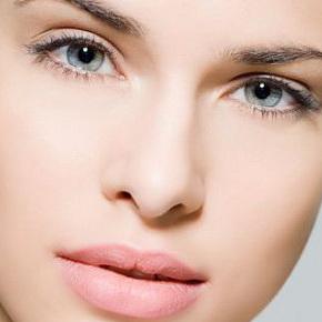 Каждая третья женщина не выйдет на улицу без макияжа