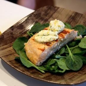 Жаренный лосось с пряным маслом и лимоном