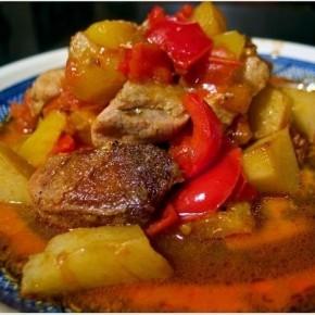 Мясо с томатами, перцем и картофелем