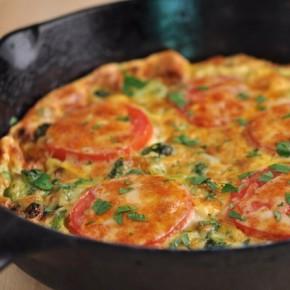 Омлет с брокколи, помидорами и копченым сыром