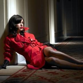 женшина в красном секс платье
