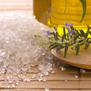 Уход за кожей ног с морской солью - оздоровительная процедура