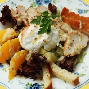 Салат с курицей и яйцом-пашот