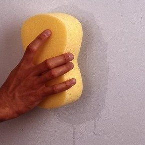 Как удалить жирные пятна со стены