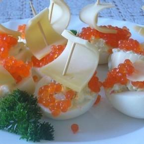 Кораблики из яиц с икрой