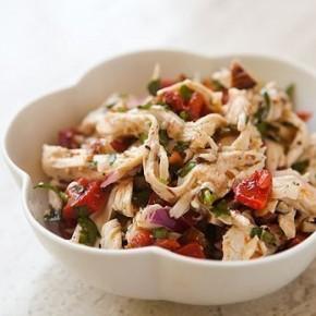Куриный салат с обжаренными сладким перцем и поджаренным миндалем