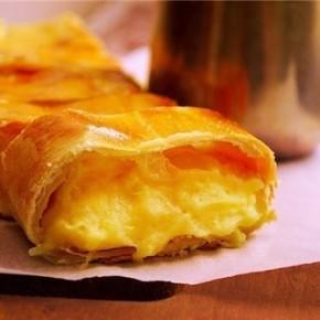 Штрудель с картофелем и сыром и молочно-сырным соусом