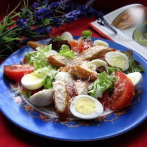 Салатик из перепелиных яиц, курицы, помидоров и пармезана