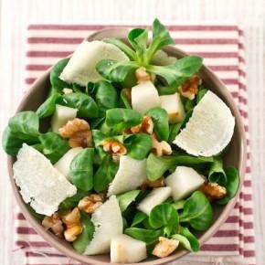 Итальянская кухня: салат с грушей, грецким орехом и пармезаном