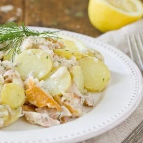 Картофельный салат с копченой форелью и специальным соусом