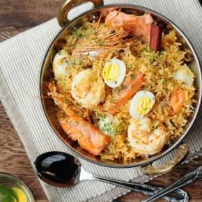 Плов по-индийски с лососем и креветками