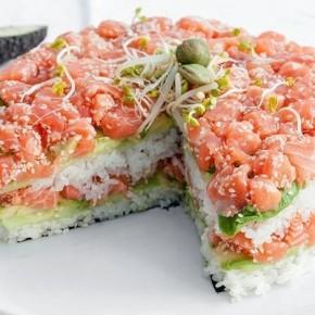 Суши-торт из авокадо, огурца и лосося