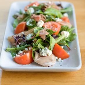 Салат с прошуттой, голубым сыром и помидорами